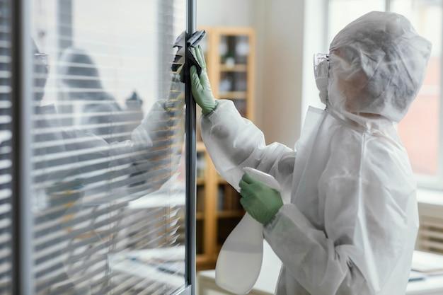 Mensen die een biologisch gevaarlijk gebied desinfecteren