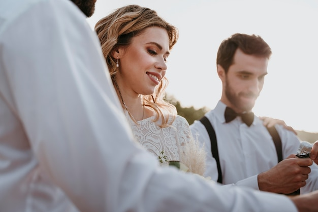 Mensen die een bruiloft vieren op het strand