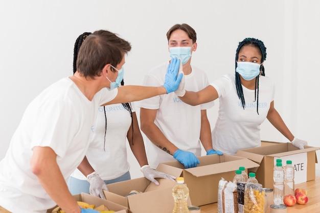 Mensen die een goed team vormen terwijl ze vrijwilligerswerk doen