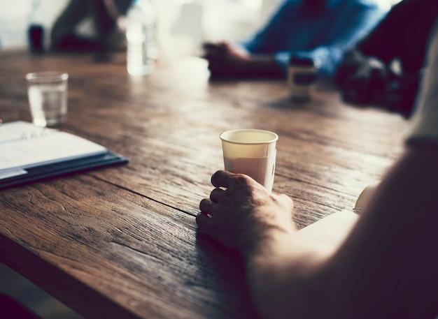 Mensen die een koffiepauze houden