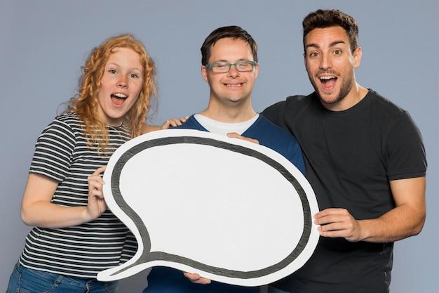 Mensen die een papieren tekstballon bij elkaar houden