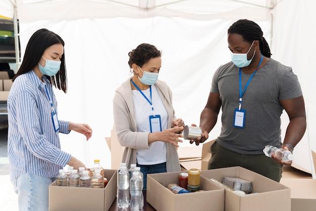 Mensen die een voedselbank voorbereiden voor arme mensen