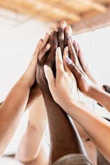 Mensen die elkaar een high five geven