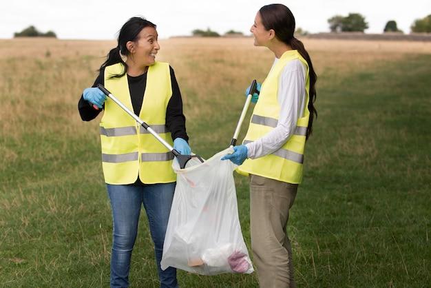 Mensen die gemeenschapsdienst doen door afval in de natuur te verzamelen