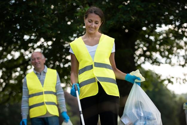 Mensen die gemeenschapsdienst doen door buiten afval te verzamelen