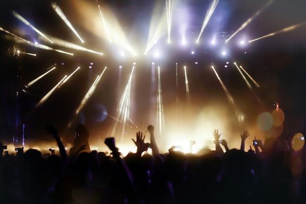 Mensen die genieten van festivals en dansen op livemuziek
