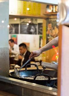 Mensen die genieten van traditionele japanse food court