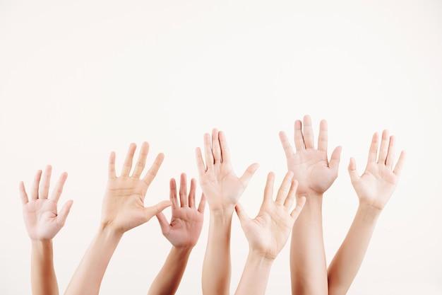 Mensen die handen uitrekken