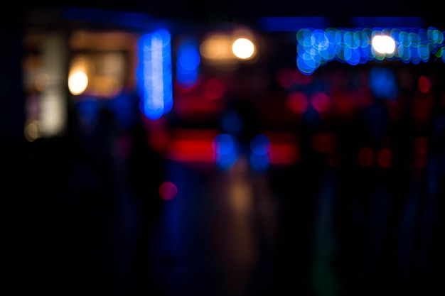 Mensen die hebbend pret dansen en ontspannen op een nachtclub vage achtergrond. mooie wazige lichten