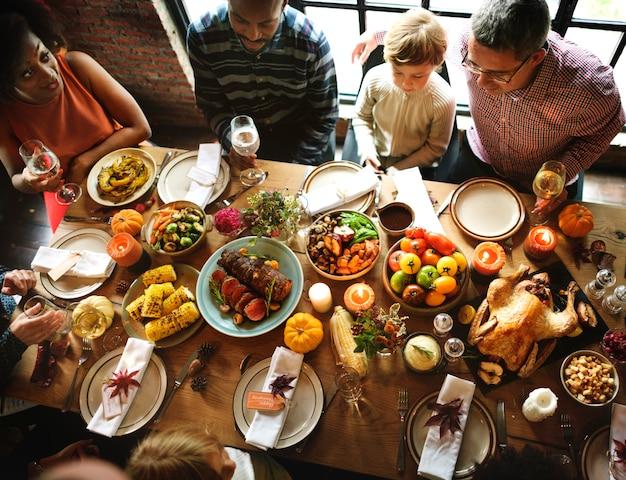 Mensen die het concept van de de vakantietraditie van thanksgiving vieren
