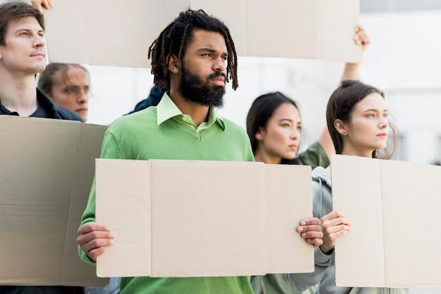 Mensen die het lege concept van de cardboards zwarte levenskwestie houden