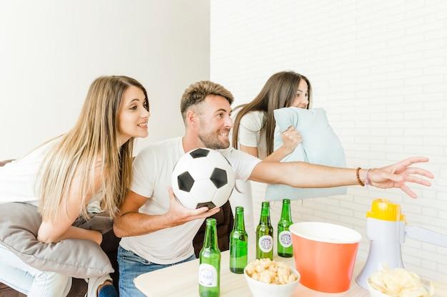 Mensen die het thuis kijken naar voetbalspel ongerust maken