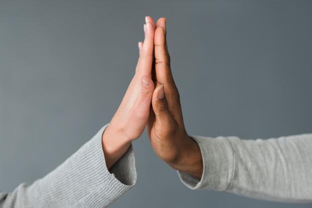 Mensen die high five doen