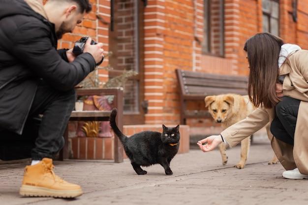 Mensen die huisdieren voeren close-up