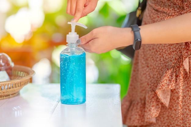 Mensen die hun handen schoonmaken met behulp van alcoholgel handdesinfecterende reinigingsmiddelen voor anti-becteria en beschermen tegen uitbraken van het coronavirus disease 2019 (covid-19) -virus.