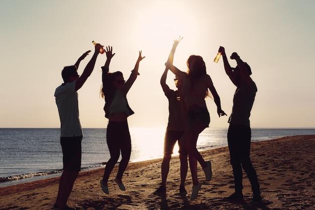 Mensen die in de zomer dansen