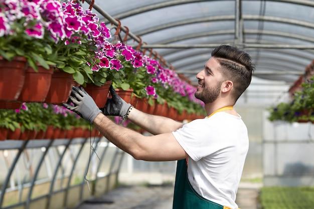 Mensen die in een tuinwinkel werken
