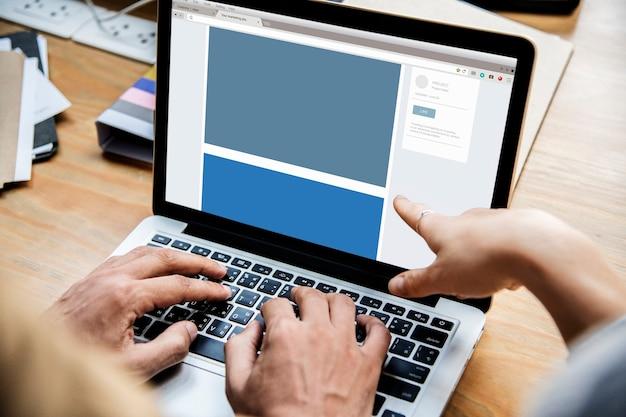 Mensen die in een vergadering op een laptop werken