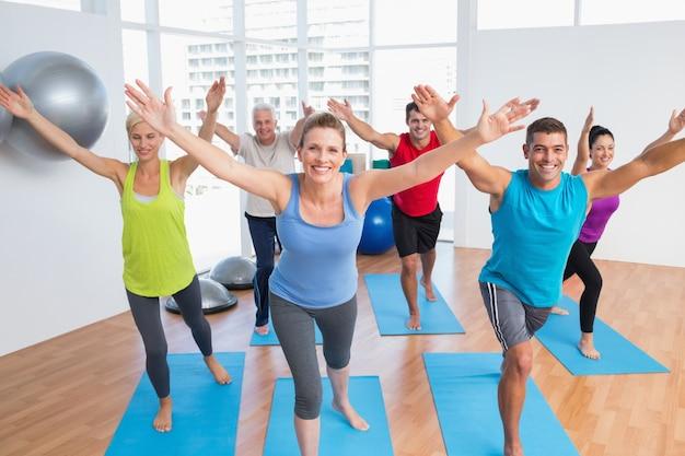 Mensen die in gymnastiekklasse uitoefenen