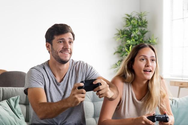 Mensen die medium shot van videogames spelen Premium Foto