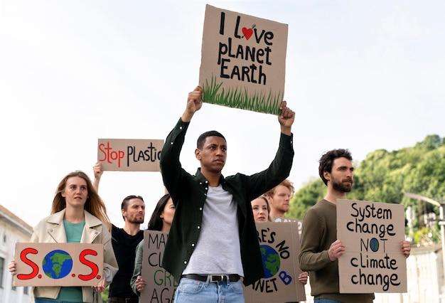 Mensen die meedoen aan een protest tegen de opwarming van de aarde