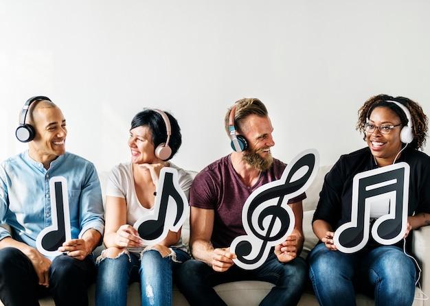 Mensen die muzikale pictogrammen houden