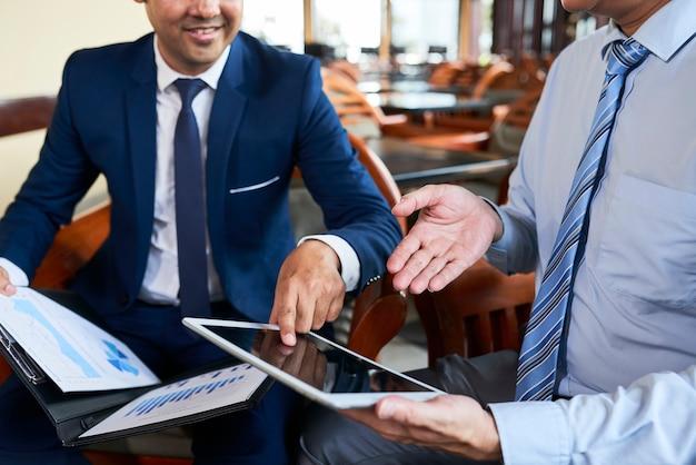 Mensen die online werken op tablet pc
