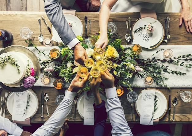 Mensen die op een huwelijksfeest roosteren