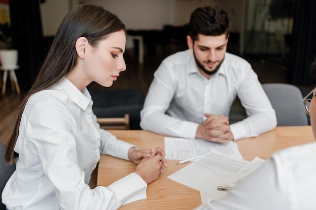 Mensen die op kantoor werken tijdens de vergadering