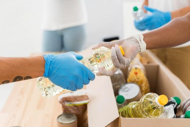 Mensen die pakketten met donaties voorbereiden