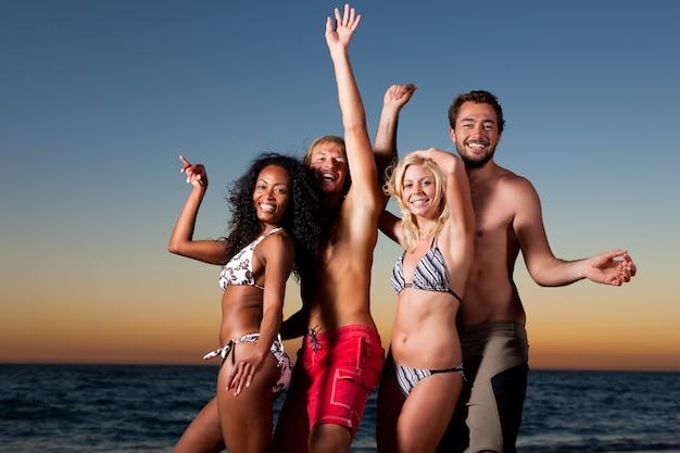 Mensen die partij hebben op het strand