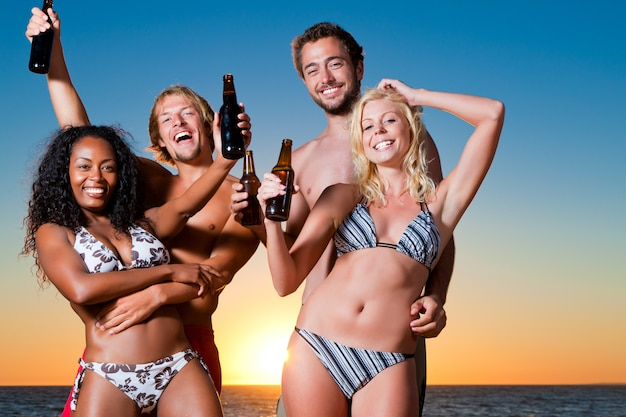 Mensen die partij hebben op strand