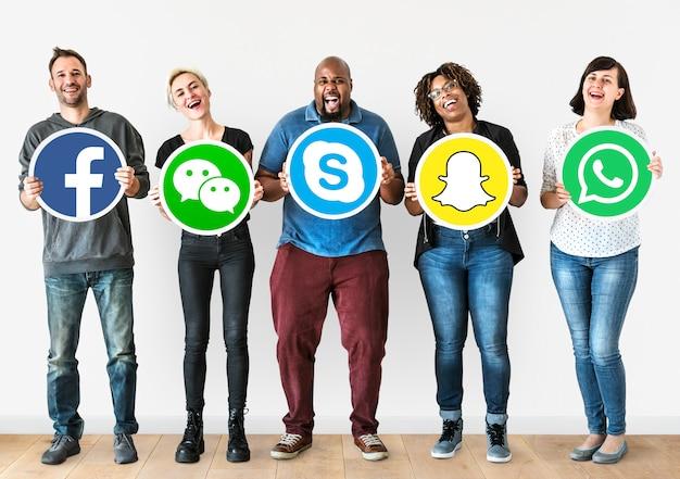 Mensen die pictogrammen van digitale merken houden
