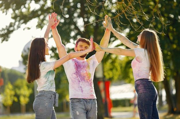 Mensen die pret in een park met holiverven hebben