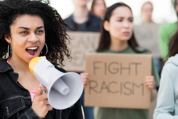 Mensen die protesteren, bestrijden citaten van racisme