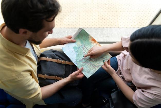 Mensen die reizen zonder zorgen over covid