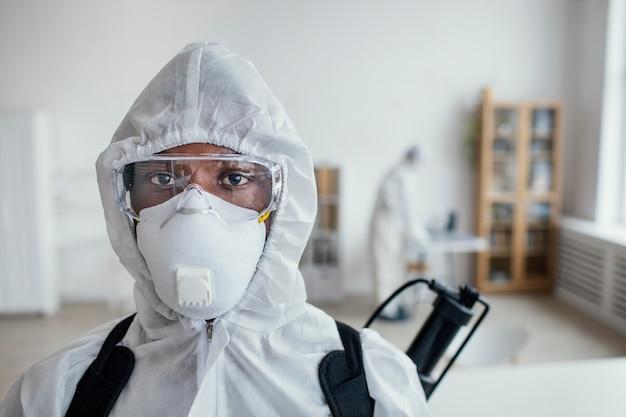 Mensen die samen een gevaarlijk gebied desinfecteren