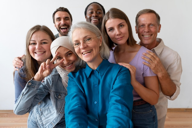 Mensen die samen een selfie maken op de registratiedag