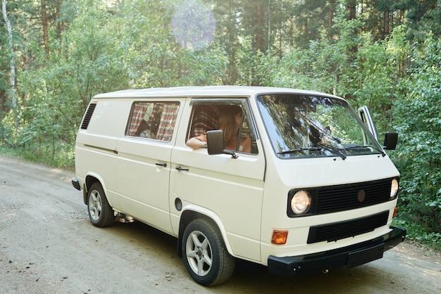 Mensen die samen reizen per busje rijden ze in het bos