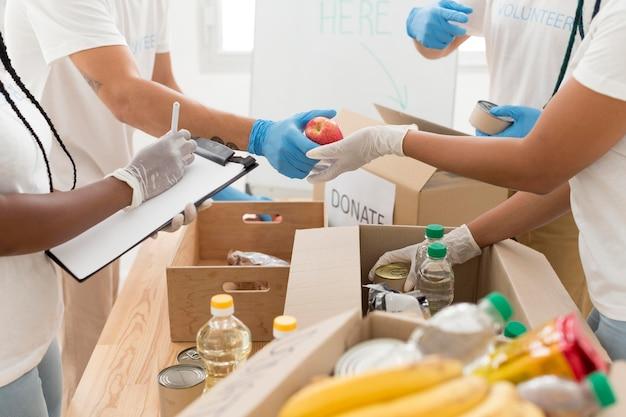 Mensen die samen vrijwilligerswerk doen in een donatiefaciliteit