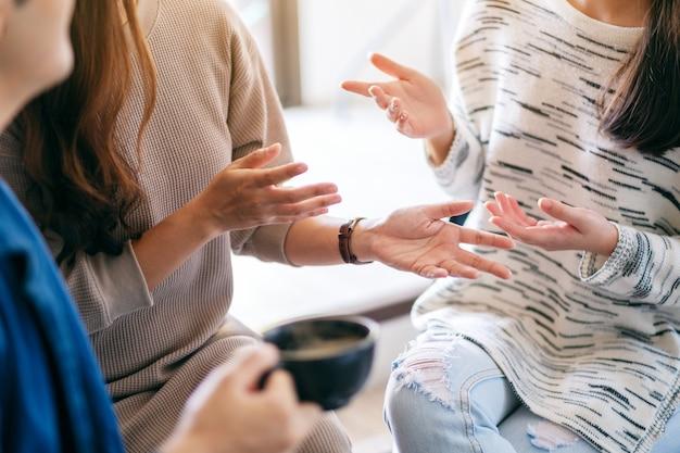 Mensen die samen zitten en praten