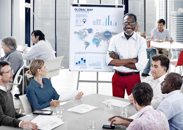 Mensen die samenwerken in een kantoor