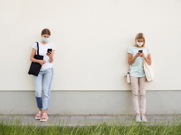 Mensen die sociaal afstandsconcept houden