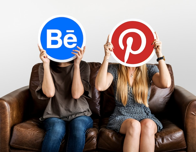 Mensen die sociale media pictogrammen houden Gratis Foto