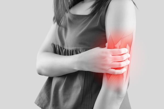 Mensen die spierpijn ervaren pijn in de bovenarm vrouw met spierproblemen