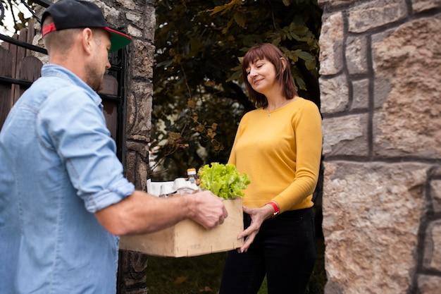 Mensen die spullen naar de buren brengen