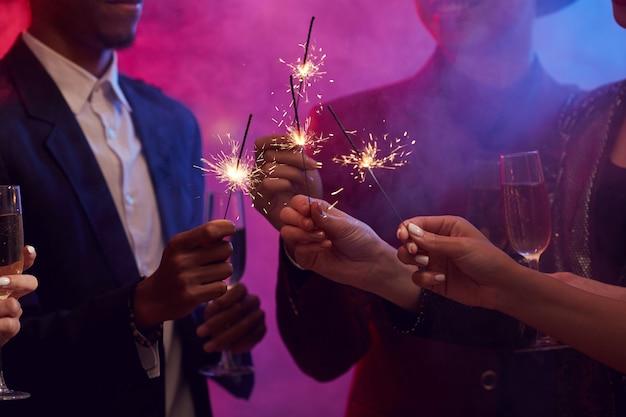 Mensen die sterretjes aansteken in smoky nightclub