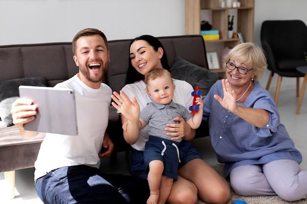 Mensen die thuis een videogesprek voeren met hun gezin