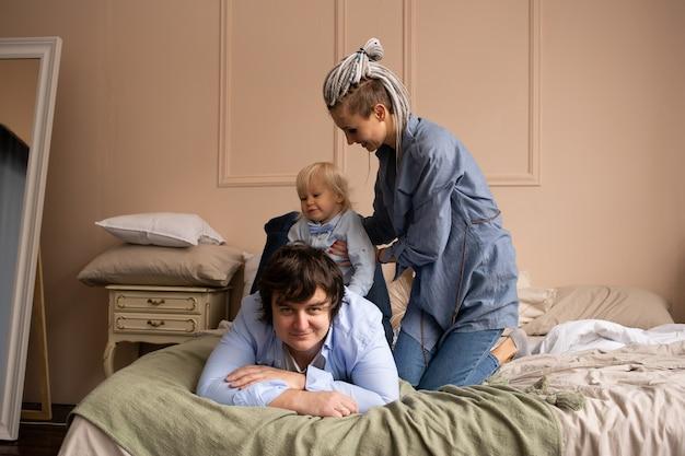 Mensen die thuis ontspannen. familie liggend op bed. gelukkig weekend, samen tijd doorbrengen