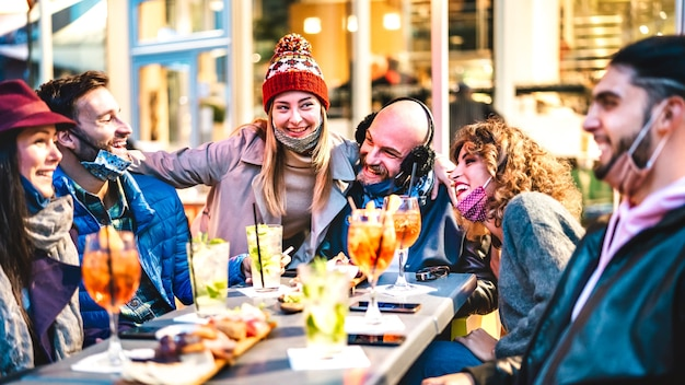 Mensen die toetreden tot cocktail happy hour in openluchtbar-restaurant